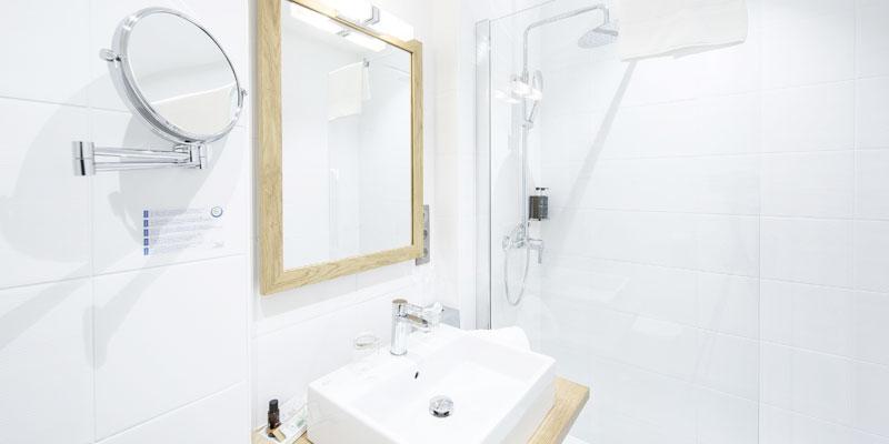 bathroom hotel de l'Abbaye le Tronchet